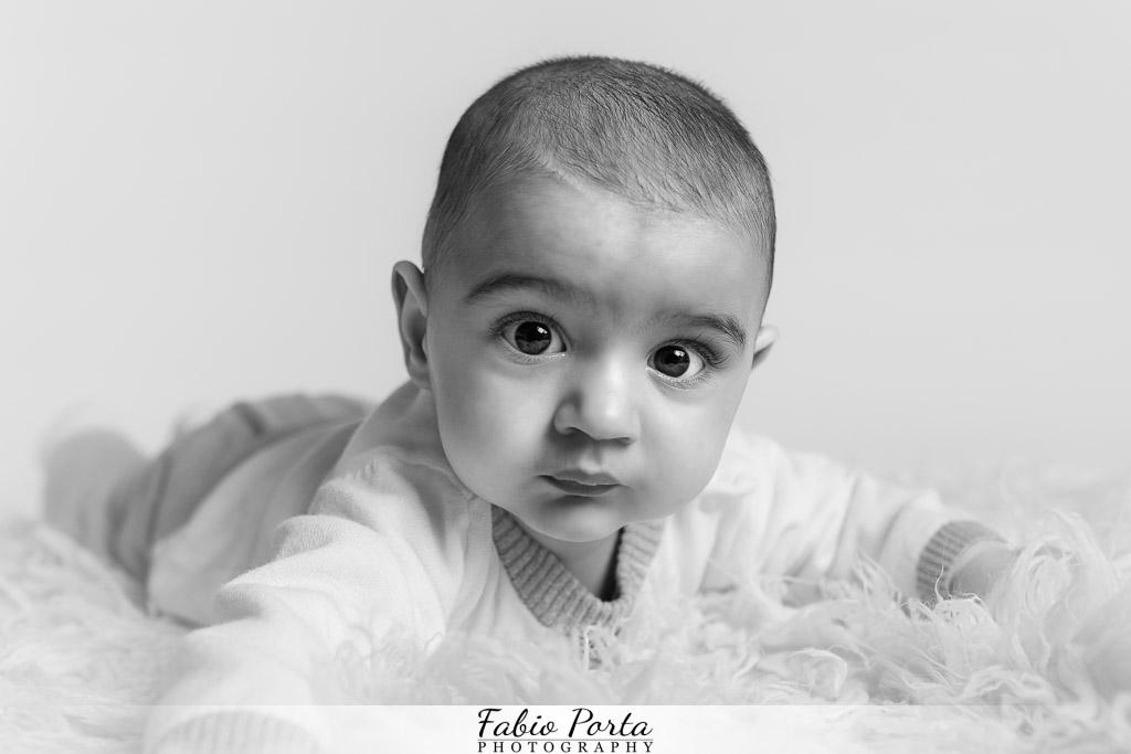 Sguardo interessato bimbo Servizio Bebè Fotografo bambini neonati Modena, Reggio Emilia, Parma, Bologna